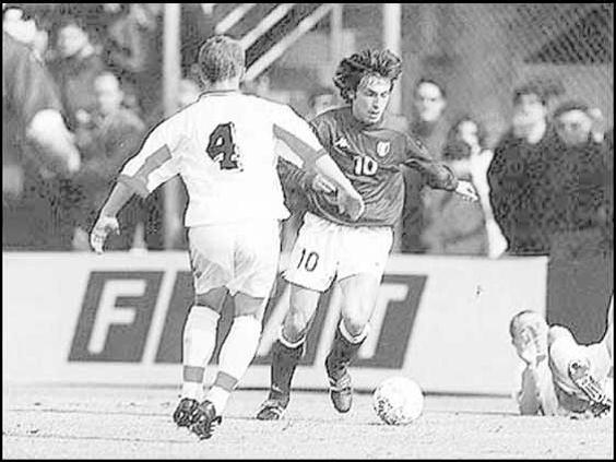 Виктор Ганчаренко против Андреа Пирло в матче молодежных сборных Италии и Беларуси