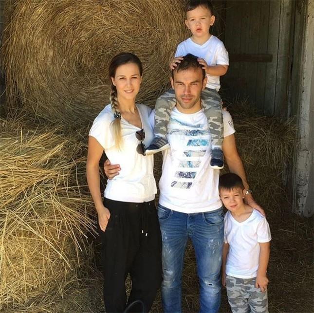 Бибрас Натхо в окружении своей семьи