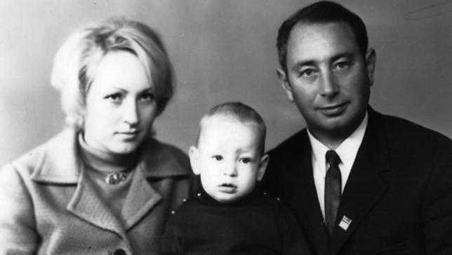 Маленький Лёня СЛУЦКИЙ с родителями - мамой и отцом Виктором Борисовичем. Фото из архива Леонида Слуцкого