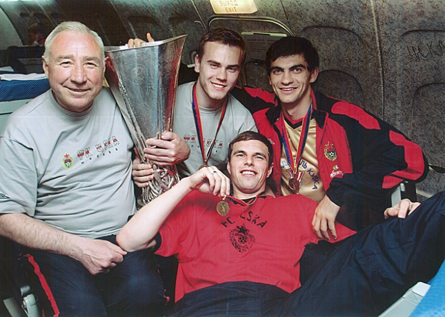 Вячеслав Чанов, Игорь Акинфеев, Владимир Габулов и Вениамин Мандрыкин с Кубком УЕФА